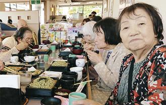 昼食を楽しむ参加者ら