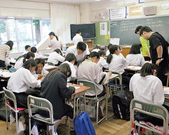 取り組み始めて3回目となった1年生の教室=24日、上溝中学校