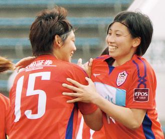 決勝点となるゴールを決め、松原選手(左)に祝福される田中萌選手(提供写真)