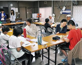 地域住民と一緒に宿題などに取り組んだ子どもたち=4日、横山