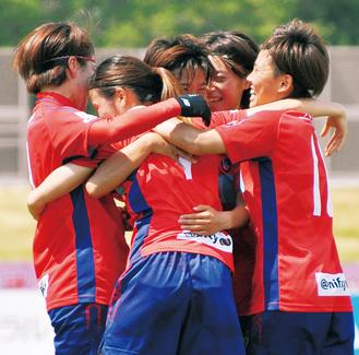前半27分、川島選手(中央)のゴールを祝福するチームメイト=2日、相模原ギオンスタジアム