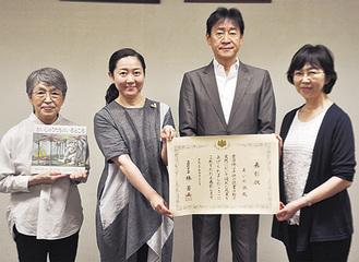 野村教育長(中央右)とあいの会メンバー=6月19日、市役所第2別館
