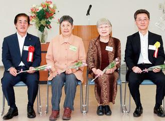 最優秀賞を受賞した石川さん(中央右)と山口さん(同左)