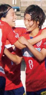 チームメイトと得点を喜ぶ田中陽子選手(右)