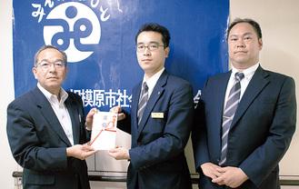 左から高部常務理事、甲斐ホールマネージャー、木山正俊統括マネージャー