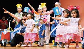 演劇を披露する高齢者施設の利用者と保育園児