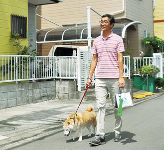 愛犬の「しゅうとくん」(柴犬12歳)とパトロールをする内田さん