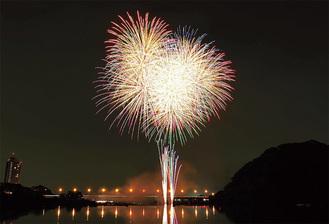 夜空を彩る色とりどりの花火(写真は昨年の花火大会)=相模原市提供
