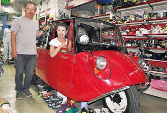 修復後、店頭に展示されている「T600」に乗る母・恵子さんと雄一朗さん(左)