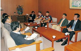 加山俊夫市長を訪れたライズ=7月31日、市役所
