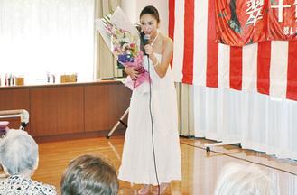 歌声で観客を魅了した翠千賀さん=8月25日