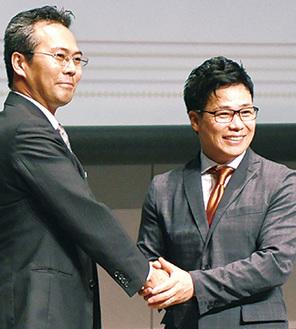 握手を交わす清水氏(右)と平田氏