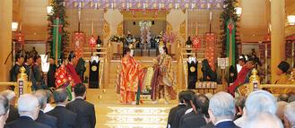 多くの氏子・崇敬者が見守る中行われた式典=17日、亀ヶ池八幡宮