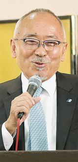 登壇し講演する祇園会長=13日、ホテルラポール千寿閣