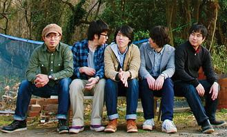 10年の時を経て5人が集まるキンモクセイのメンバー。写真は2011年に東日本大震災に被災地支援のために1度だけ全員が集った時に撮影=佐々木良さん提供
