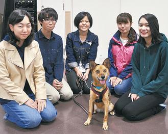 保護犬「きなこ」とケアを担当した学生ら
