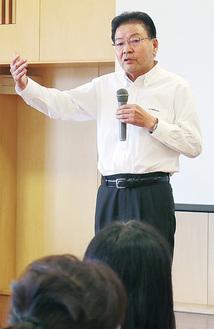 講演を行った横峯氏=虹ヶ丘幼稚園提供