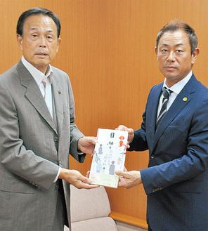 本を寄贈した赤間理事長(右)と加山俊夫市長=1日、相模原市役所