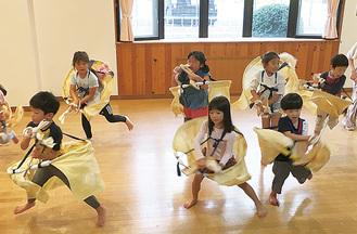 ダンスを披露する園児ら(写真は過去)