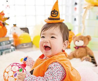ハロウィン用の衣装を着る子ども