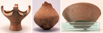 左から「田名塩田遺跡群出土の真脇式土器」、「中野大沢出土の弥生土器」、「苦久保遺跡第3地点出土の朱書土器」=市文化財保護課提供
