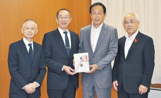 加山市長に寄付を報告した志村社長(中央左)と吉川克己調理課長(左端)=16日