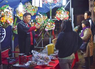 縁起物の熊手の販売も行われる同市(写真は昨年)