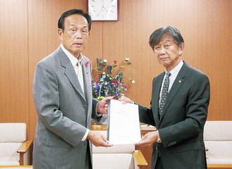 加山市長に要望書を手渡す杉岡会頭(右)