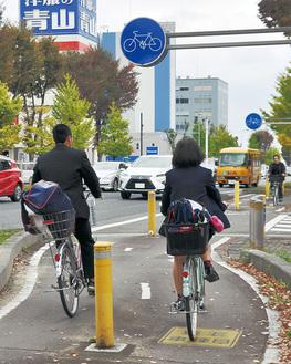 自転車利用者が多い市役所周辺=10日