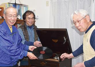 当日手回しの蓄音機を演奏する同会メンバー