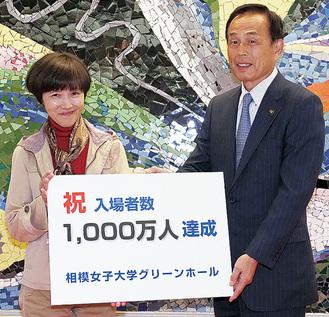 西澤さん(左)と加山市長