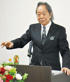 身振り手振りを交え熱弁した松本氏
