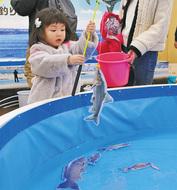 釣りと魚の面白さ学ぶ
