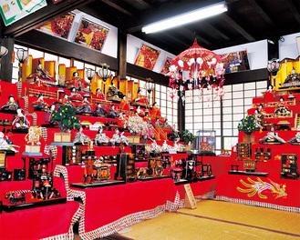 江戸から昭和までのひな人形が展示されている会場=7日