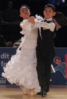 海外の公式戦で堂々とした踊りを披露する二人=所属チーム提供