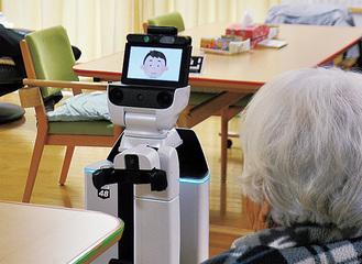 音楽を流し利用者を癒やす支援ロボット=12日、特別養護老人ホーム・縁JOY