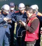 大和市の消防隊との訓練でドローンを扱う古橋さん(右)=提供