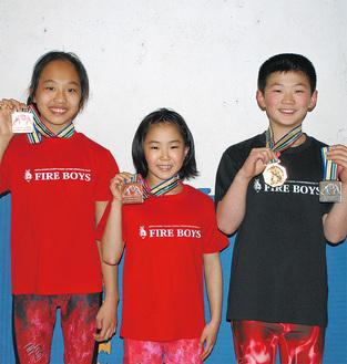(左から)メダルを掲げる山内さん、小原さん、藤森君