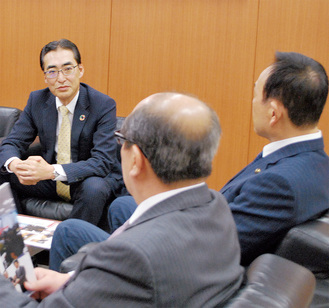 加山市長に受賞の報告をする高橋社長(左)=6日、市役所