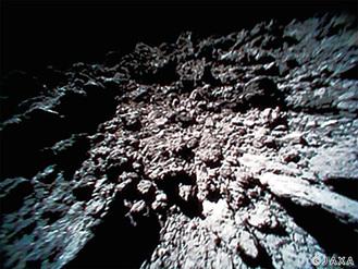 はやぶさ2が着陸を成功させ、今回「水」の存在が明らかになった小惑星リュウグウの地表