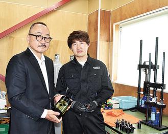 自社製品を手に持つ尾島社長(左)