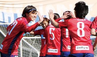 チームメイトと勝利を喜ぶ福住(左)=提供