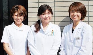 木内医師(中)と内科の女性チーム