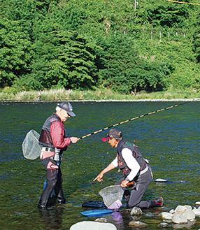 鮎釣りを楽しむ人々(写真は過去)