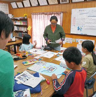「宝地図」の作成に取り組む子どもたち=19日、千代田4丁目自治会館