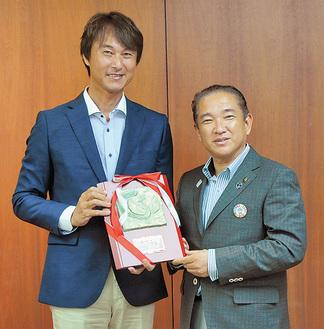 称賛の楯を手に笑顔の中澤監督(左)=18日、市役所