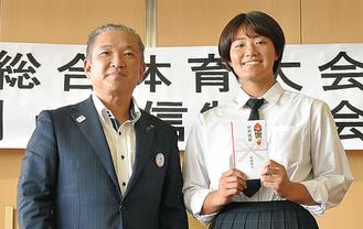 奨励金を受け取った菊池さん(右)と本村市長