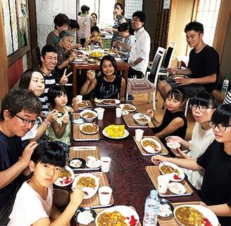 大勢での食事を楽しむ参加者=提供写真