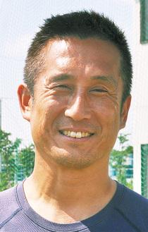 笑顔で質問に応じる須永ヘッドコーチ=17日
