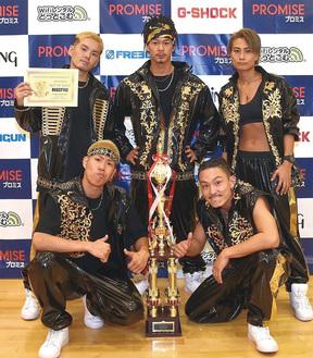 世界大会で前人未到の3連覇を達成したREGSTYLE。後列中央が前田航也さん=提供写真